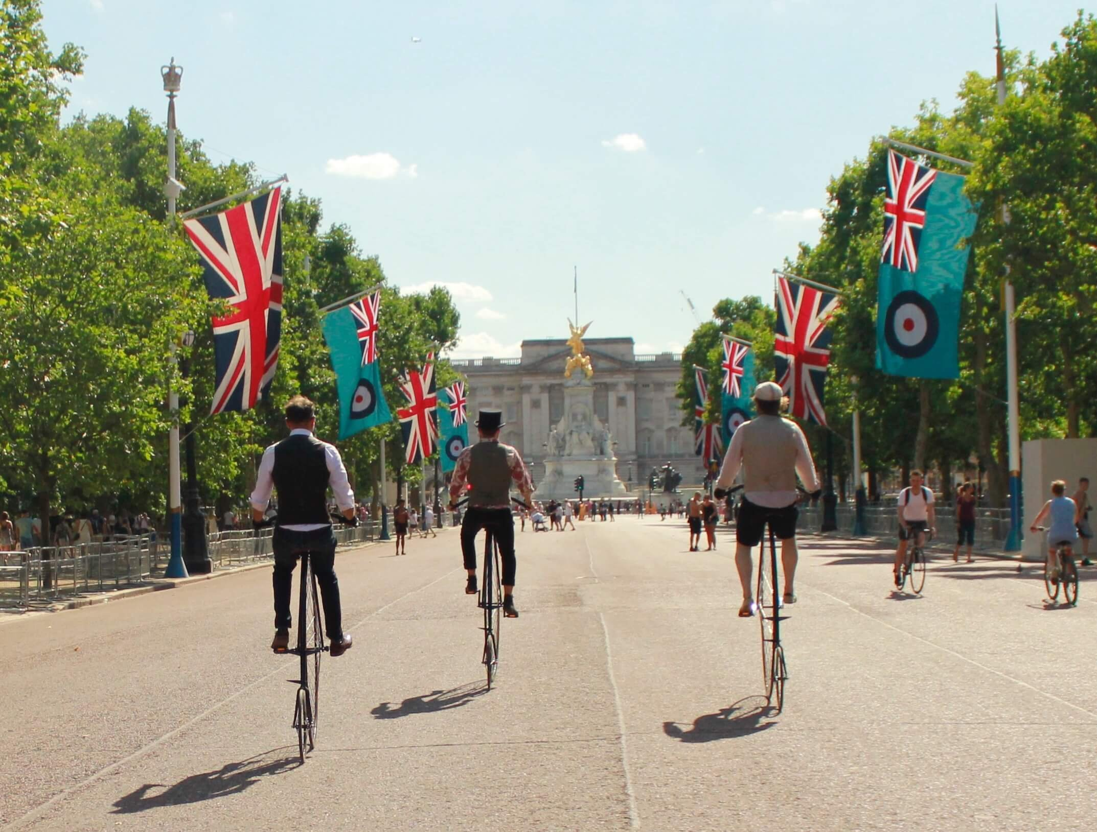 Penny_farthing_buckingham_palace © Tally Ho